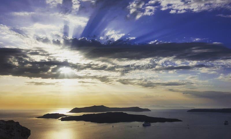 Il bello cielo nuvoloso del tramonto sopra Santorini, Grecia tira fotografia stock libera da diritti