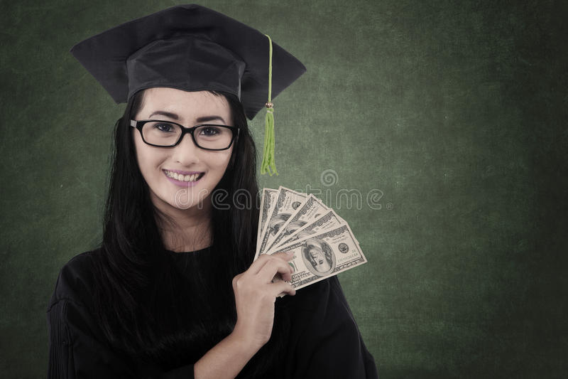 Il bello dottorando ottiene i soldi immagine stock