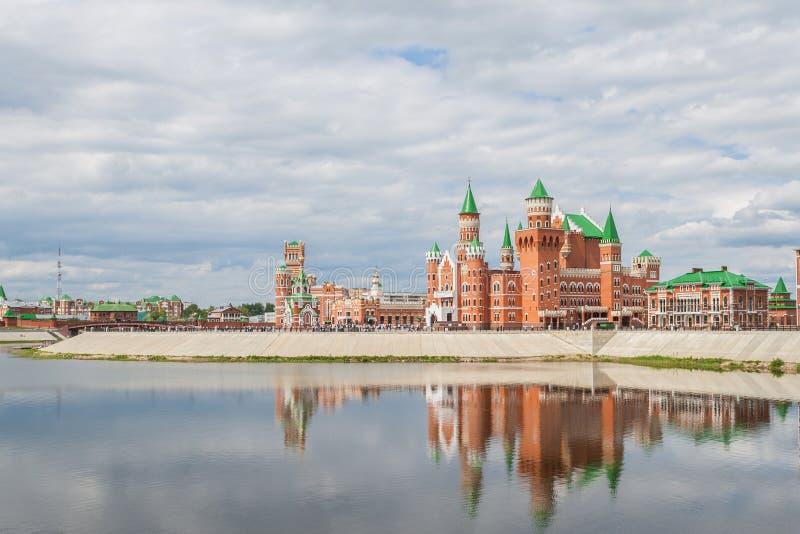 Il bello edificio del teatro del burattino è stato costruito nello stile fiammingo Repubblica di Mari El, Joškar-Ola, Russia 05/2 immagini stock