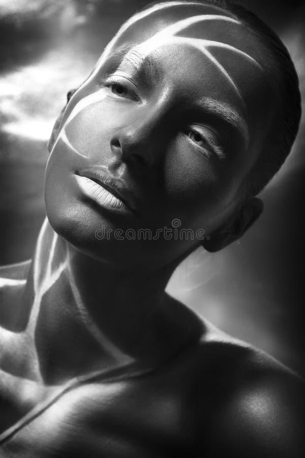 Il bello giovane modello castana afroamericano con arte fa-u immagini stock libere da diritti
