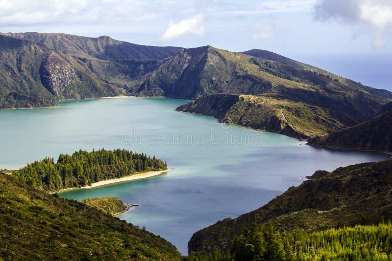 Il bello lago del cratere del blu di turchese, Lagoa fa Fogo in Azzorre immagini stock libere da diritti