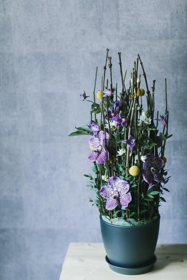 Il bello mazzo delicato dei fiori si chiude su immagine stock