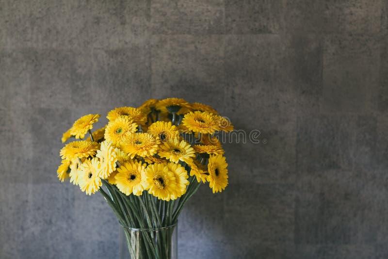 Il bello mazzo delicato dei fiori si chiude su immagini stock