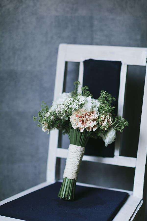 Il bello mazzo delicato dei fiori si chiude su fotografie stock