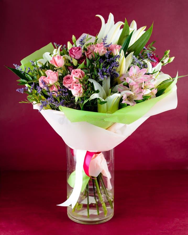 Il bello mazzo delle rose e del giglio rosa fiorisce in un vaso sul pi immagini stock libere da diritti