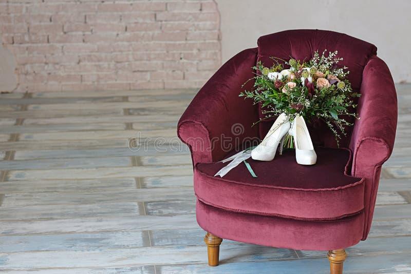 il bello mazzo di nozze del Bordeaux dei fiori è aumentato fotografia stock