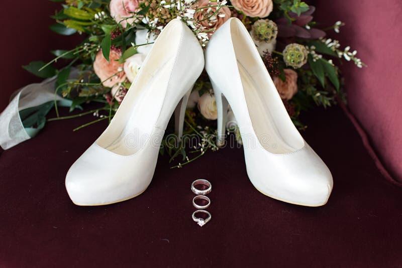 il bello mazzo di nozze del Bordeaux dei fiori è aumentato fotografie stock libere da diritti
