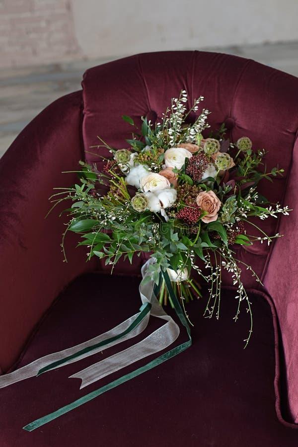 il bello mazzo di nozze del Bordeaux dei fiori è aumentato fotografia stock libera da diritti