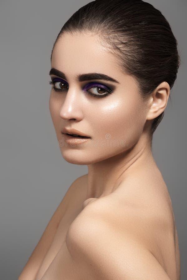 Il bello modello con modo osserva il trucco, pelle brillante pulita fotografie stock libere da diritti
