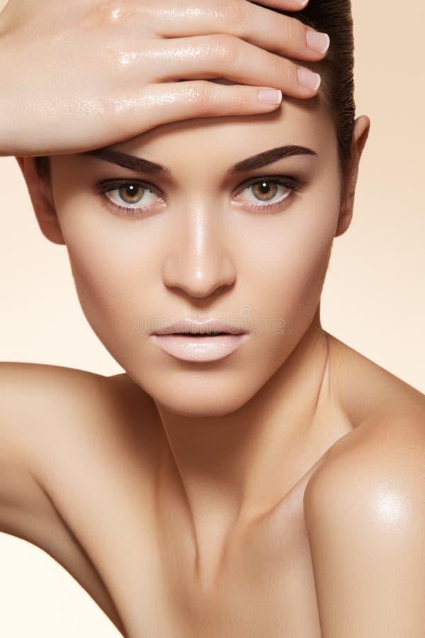 Il bello modello con pelle pulita & le sopracciglia preparano immagini stock