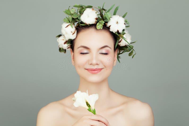 Il bello modello della giovane donna con i chiari fiori del cotone e della pelle incorona Skincare e concetto facciale di trattam immagini stock libere da diritti