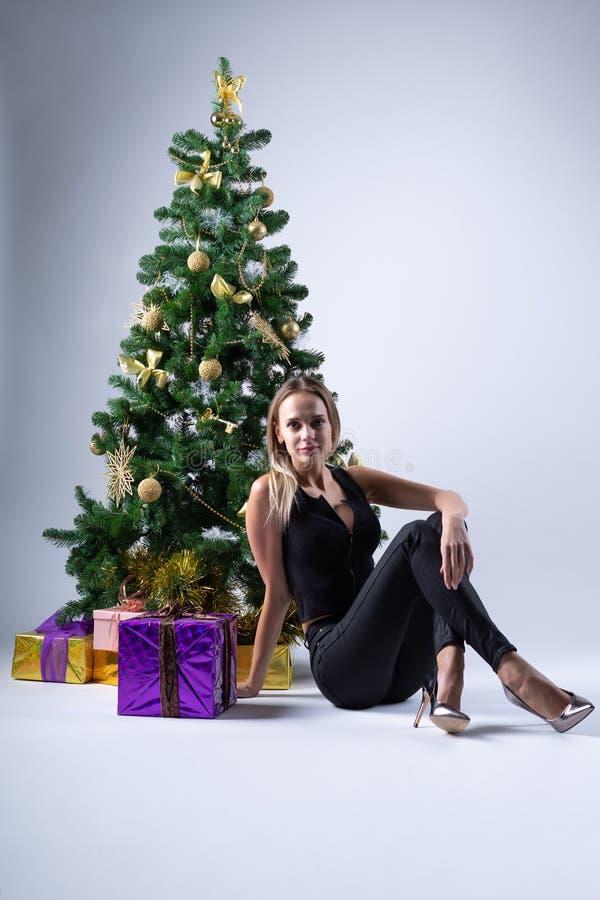 Il bello modello della ragazza celebra il Natale fotografie stock libere da diritti