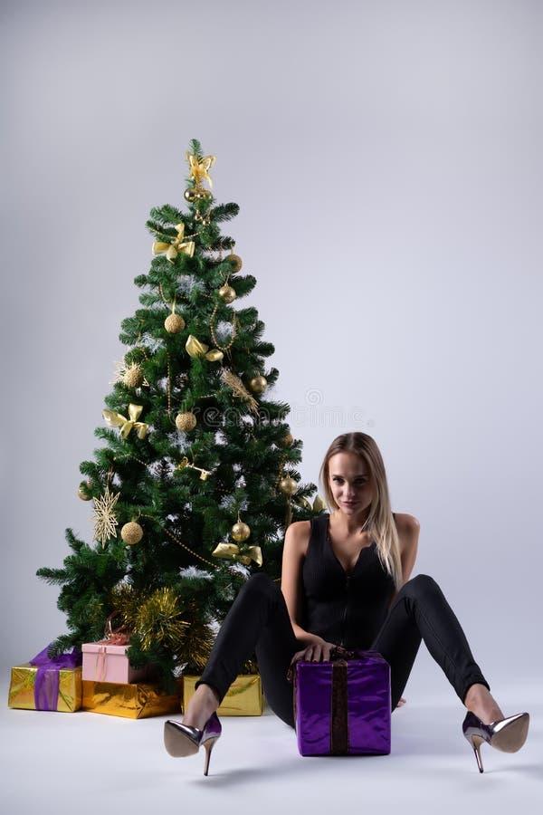 Il bello modello della ragazza celebra il Natale immagini stock