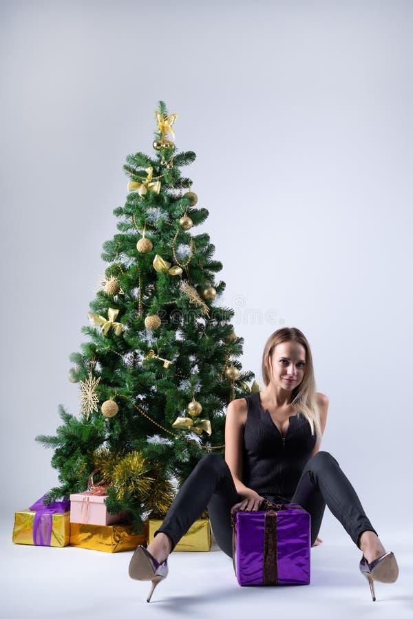 Il bello modello della ragazza celebra il Natale fotografia stock