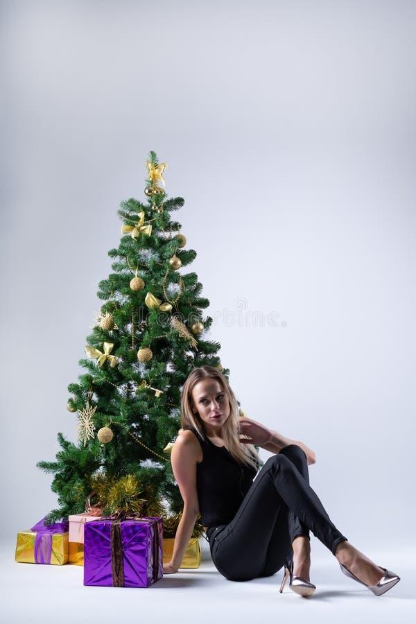 Il bello modello della ragazza celebra il Natale o il nuovo anno immagine stock