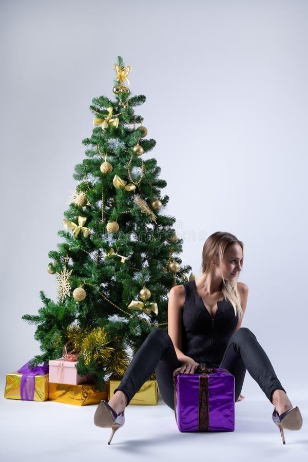 Il bello modello della ragazza celebra il Natale o il nuovo anno fotografia stock libera da diritti