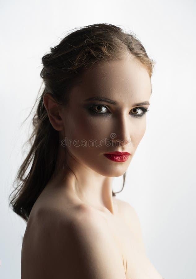 Il bello modello della ragazza con le labbra rosse compone e spalle nude Fine classica sul ritratto di bellezza Isolato su bianco immagini stock libere da diritti