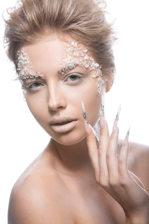 Il bello modello di moda con le unghie lunghe, il trucco creativo ed il manicure progettano Arte del fronte di bellezza fotografie stock