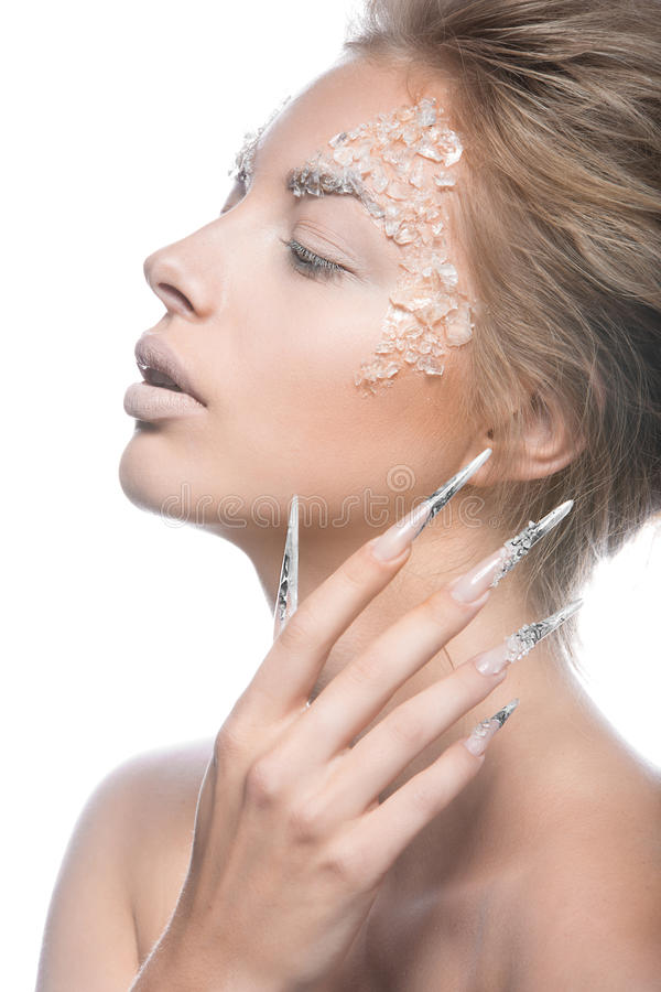 Il bello modello di moda con le unghie lunghe, il trucco creativo ed il manicure progettano Arte del fronte di bellezza immagini stock libere da diritti