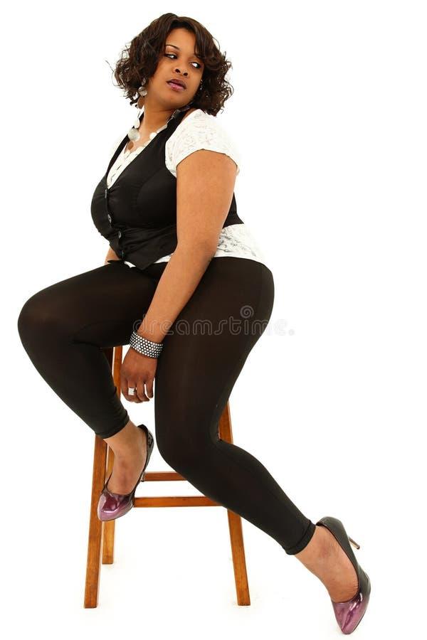 Il bello nero più la donna graduata fotografie stock libere da diritti