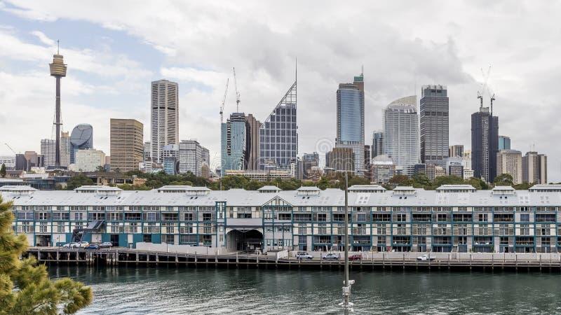 Il bello orizzonte di Sydney centrale, Australia, veduta dal parco di imbarco fotografia stock