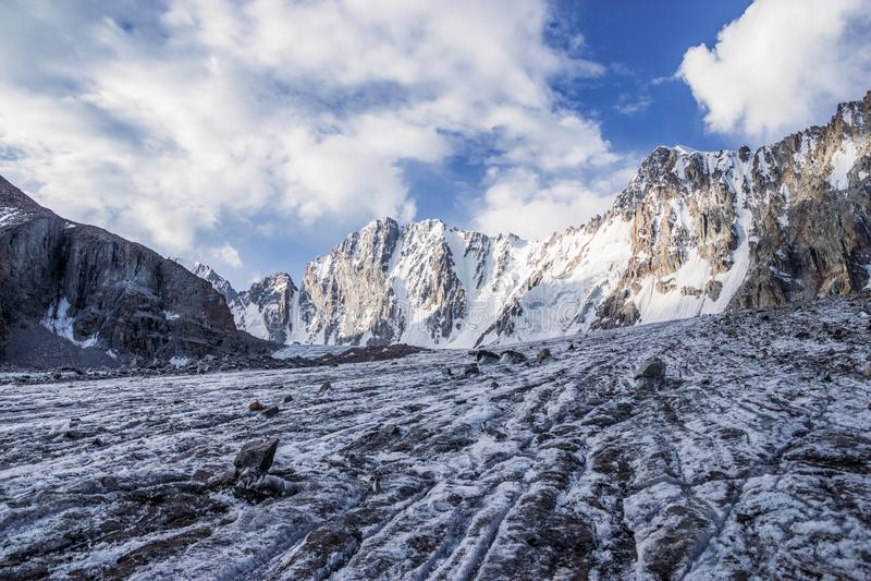 il bello paesaggio con le rocce stupefacenti e la neve hanno ricoperto le montagne, Kirghizistan, fotografia stock libera da diritti