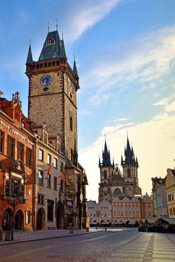 Il bello paesaggio del quadrato di Città Vecchia con la chiesa i di Tyn fotografie stock