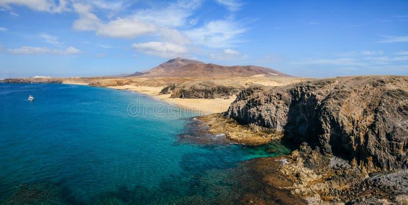 Il bello paesaggio della spiaggia famosa di Papagayo su Lanzarote è immagine stock libera da diritti