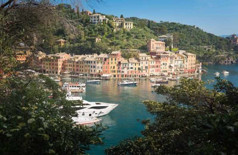 Il bello panorama di Portofino con le case del colorfull immagini stock