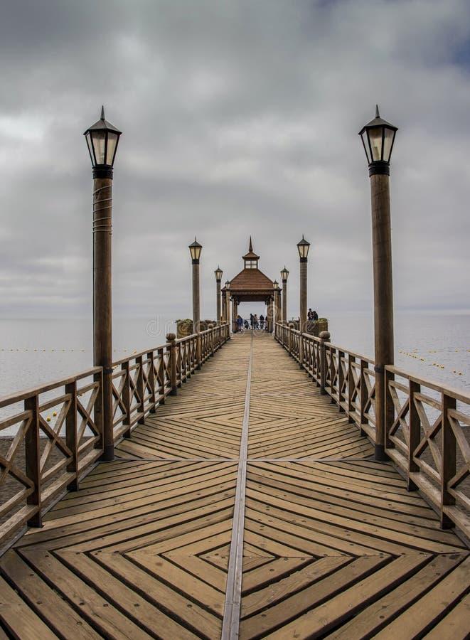 Il bello pilastro di legno sul Llanquihue del lago in Frutillar fotografia stock libera da diritti