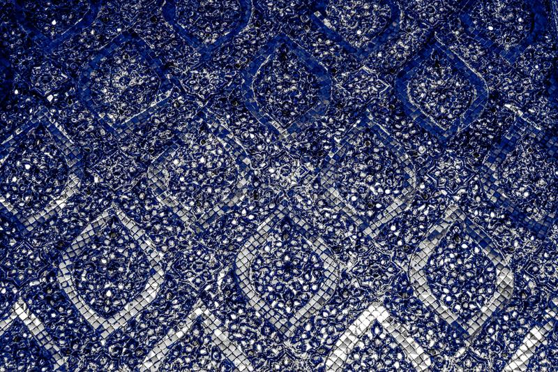 Il bello primo piano struttura le mattonelle astratte e colorare il fondo di vetro della parete del modello e il wallpape blu del immagini stock libere da diritti