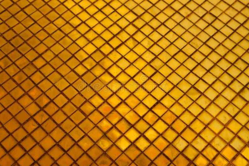 Il bello primo piano struttura le mattonelle ed il fondo della parete di vetro di colore dell'oro e la carta da parati astratti d immagini stock