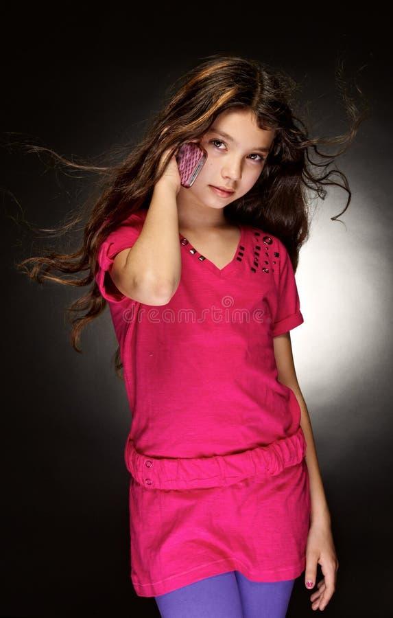 Il bello, ragazza con i capelli scorrenti immagine stock