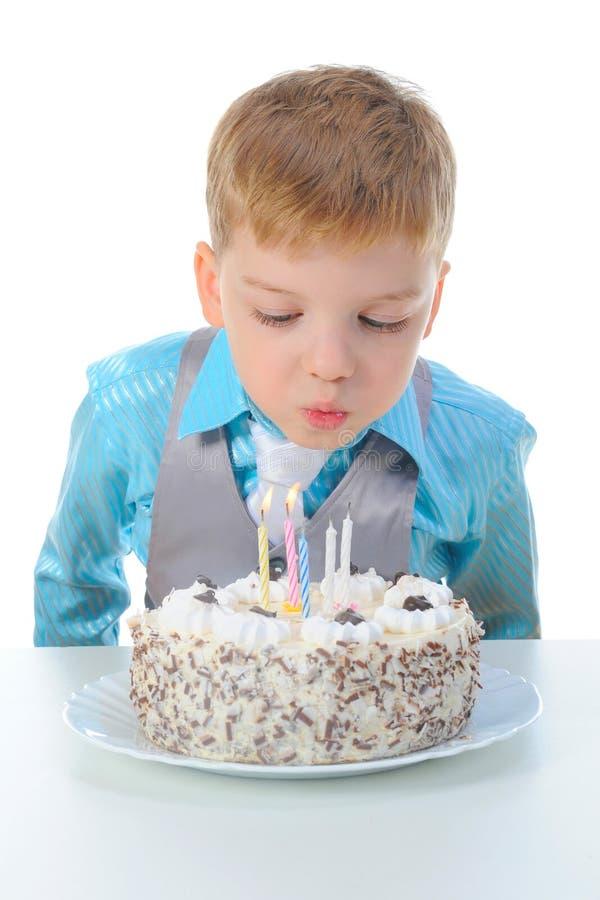 Il bello ragazzino celebra il compleanno immagini stock libere da diritti