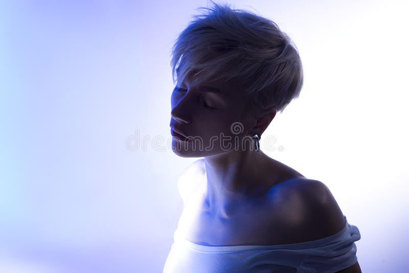 Il bello ritratto artistico di una calma si rilassa la giovane donna sensuale immagine stock