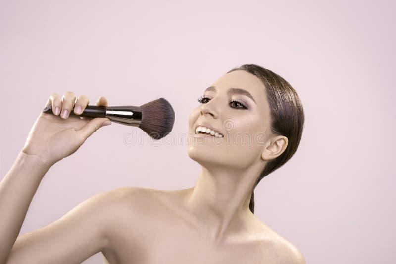 Il bello ritratto con pelle pulita perfetta e compone in studio immagine di ciao-qualità immagini stock