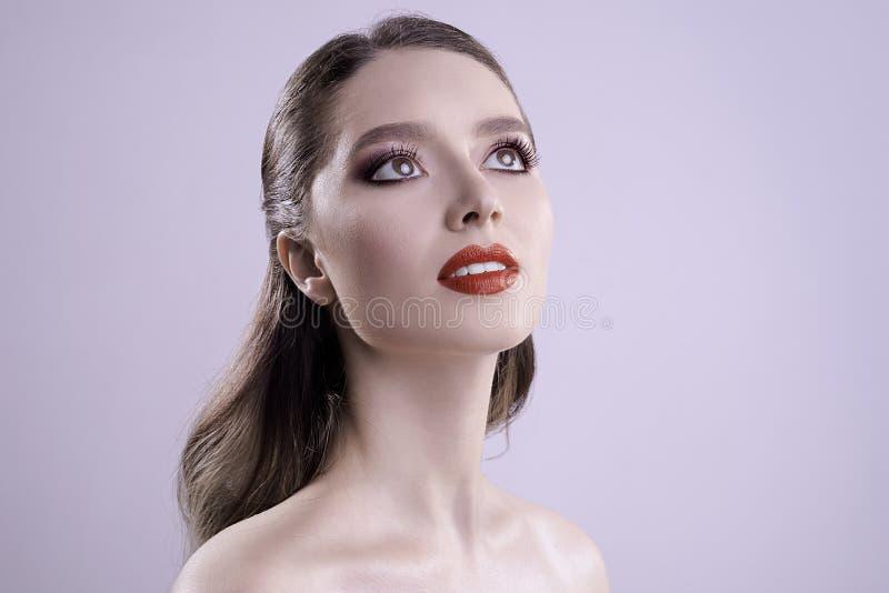 Il bello ritratto con pelle pulita perfetta e compone in studio immagine di ciao-qualità fotografia stock