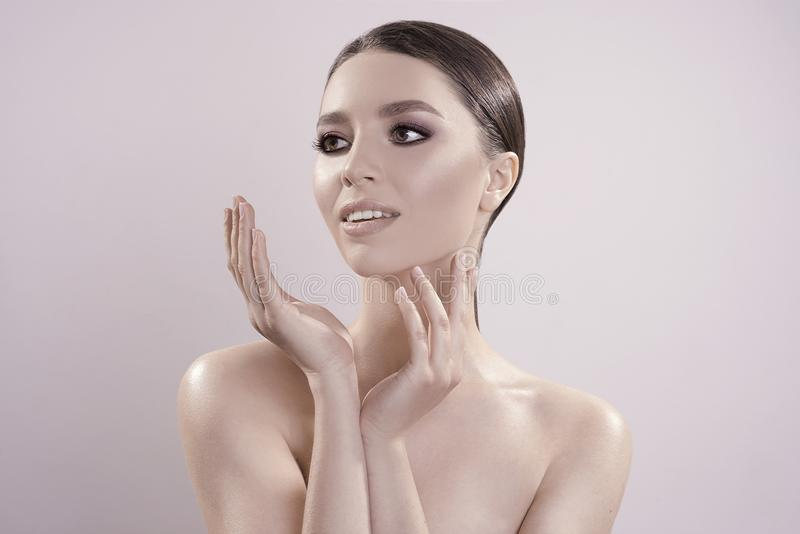 Il bello ritratto con pelle pulita perfetta e compone in studio immagine di ciao-qualità fotografia stock libera da diritti