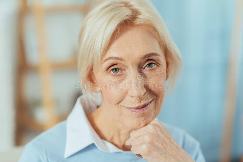 Il bello ritratto positivo di un sorridere ha invecchiato la donna immagini stock