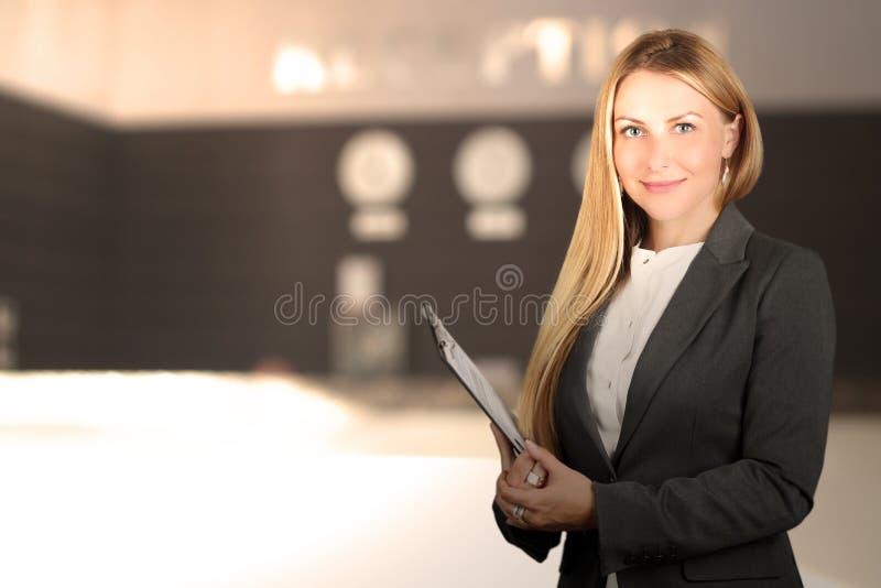 Il bello ritratto sorridente della donna di affari Receptionist femminile sorridente fotografia stock
