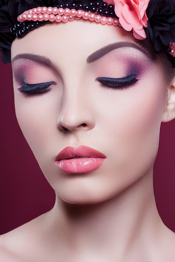 Il bello rosa del ritratto di modo del primo piano del fronte della donna compone fotografie stock libere da diritti