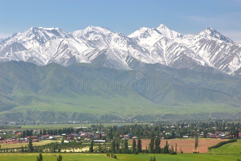 Il bello scenico a Biškek con le montagne di Tian Shan del Kirghizistan fotografia stock libera da diritti