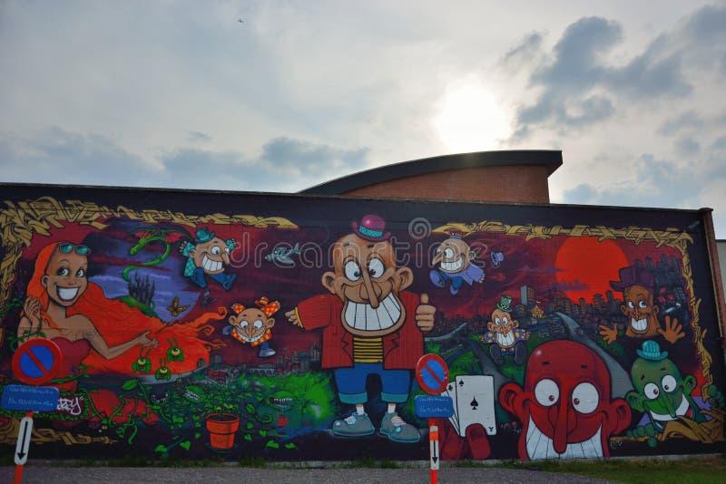 Il bello streetart, vario dipende una parete fotografie stock