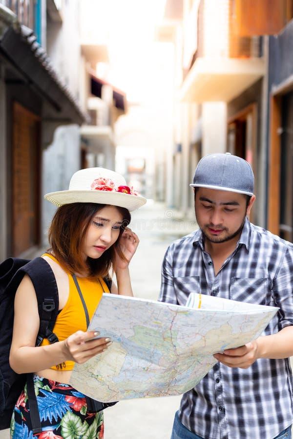 Il bello viaggiatore o giovane donna di viaggiatore con zaino e sacco a pelo sta confondendo il wa fotografia stock libera da diritti
