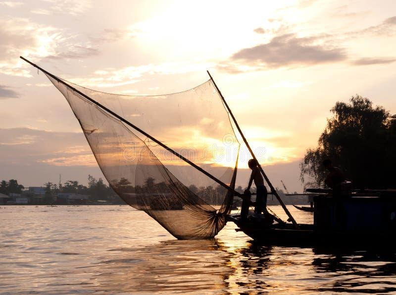 IL BELLO VIETNAM: Pescatore al crepuscolo immagini stock