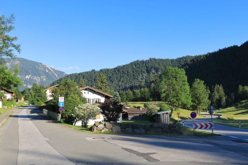 Il bianco, Camera rurale e due-storeyed nelle colline pedemontana delle alpi immagini stock