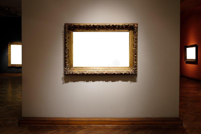 Il bianco decorato di Art Gallery Museum Exhibit Blank delle cornici ha isolato il percorso di ritaglio in galleria immagine stock