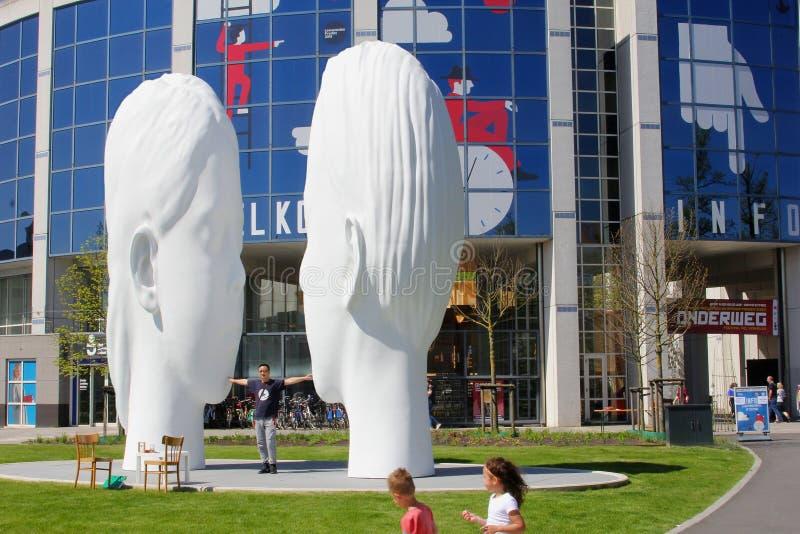 Il bianco dei bambini affronta le arti delle statue, Leeuwarden, Europa capitale culturale immagine stock