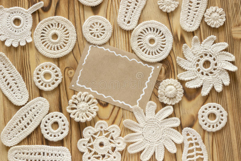 Il bianco fatto a mano lavora all'uncinetto il modello della struttura, tricottando, cucendo Natale, Natale, San Valentino AMORE  fotografia stock libera da diritti