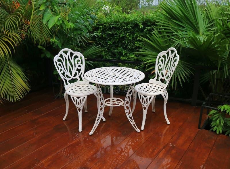 Sedie Colorate Da Giardino.Sedie Colorate Su Un Fondo Bianco Immagine Stock Immagine Di